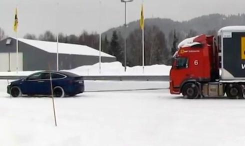 Her trekker Tesla-SUVen semitraileren på 43 tonn