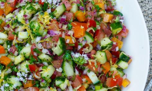 Tomat- og agurksalat med mye annet godt - Mat På Bordet