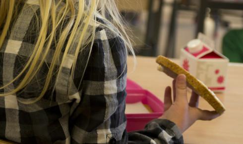 Lærere setter barna foran TVen for matro i spisepausen