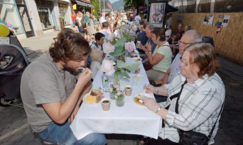 Bespiste 200 med gratis frokost i gågata