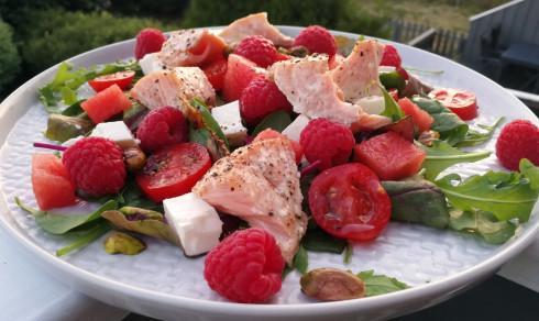 Sommersalat med laks og bringebær