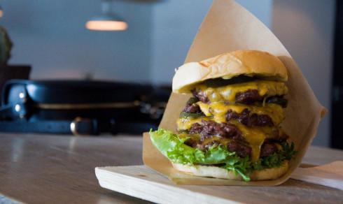 (+) Fredrikstad-restaurant lanserer gigantrett: – Jeg er helt sikker på at dette er byens største burger!