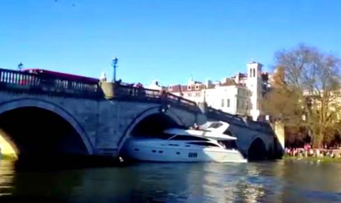 Luksusyachten skulle bare under broen - så gikk alt galt