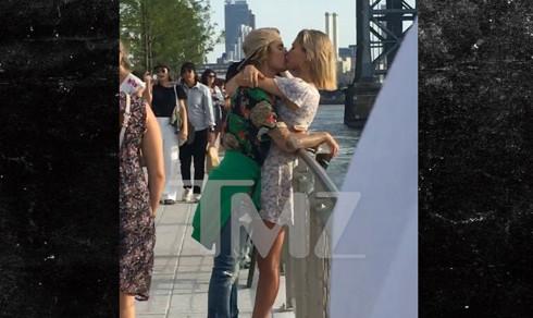 Justin Bieber and Hailey Baldwin Kissing in a Brooklyn Park