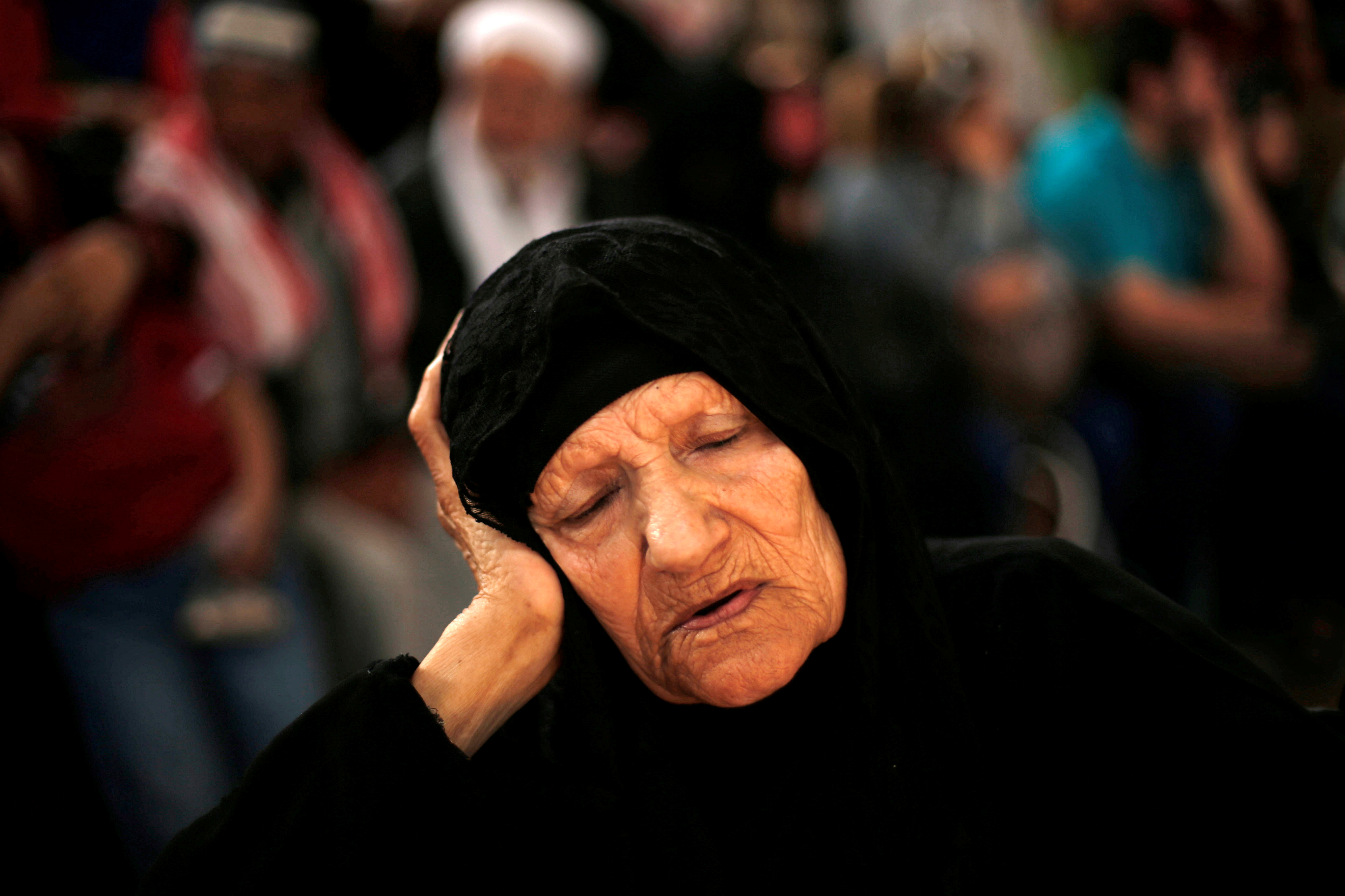 RAFAH, GAZA: En kvinne venter på at grenseovergangen mellom Gazastripen og Egypt i Rafah skal åpne. Egyptiske myndigheter åpnet grensen i fire døgn fra onsdag. FOTO: Suhaib Salem / NTB scanpix