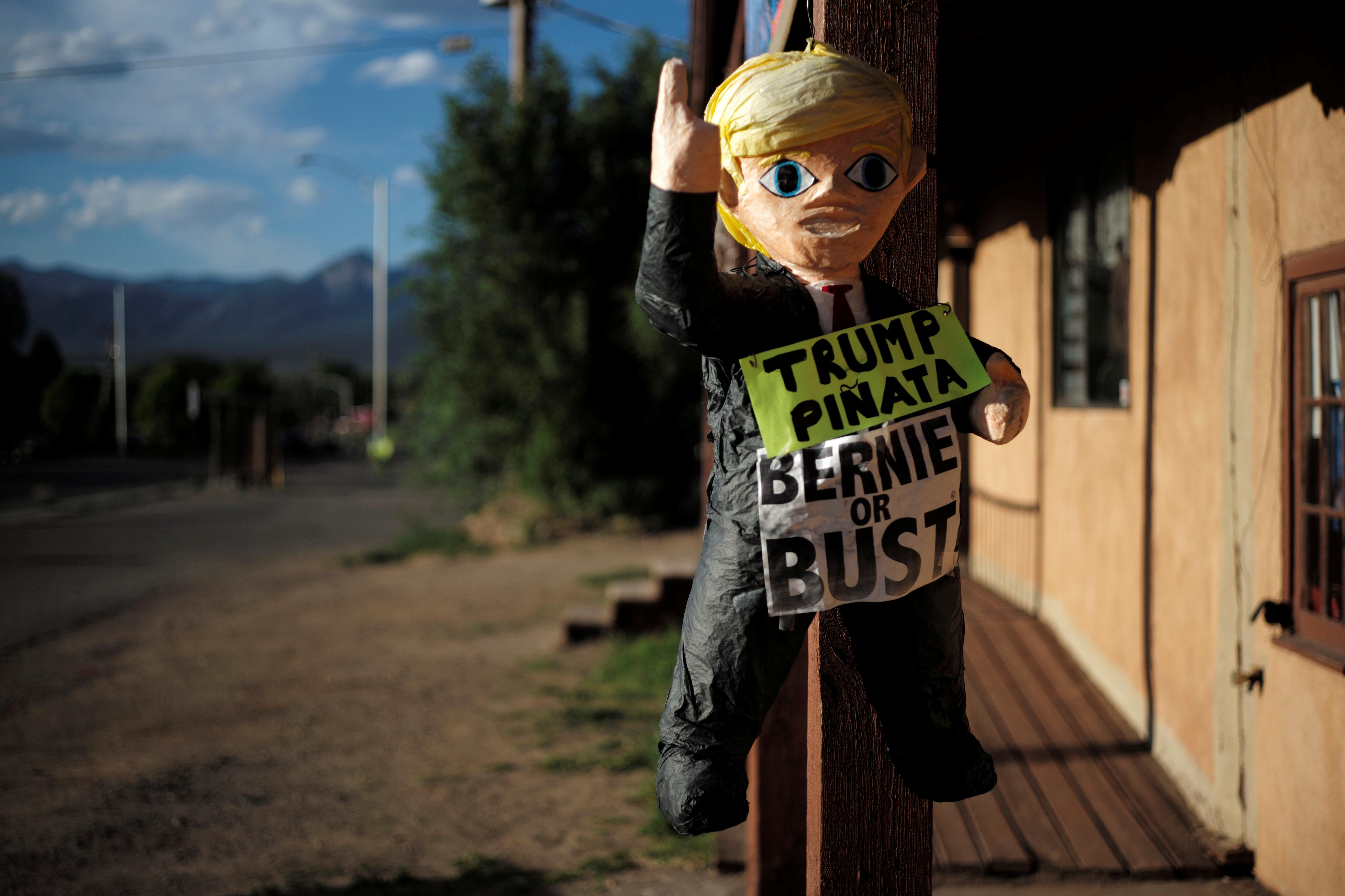 TAOS; NEW MEXICO: Denne pinata-versjonen av presidentkandidat Donald Trump er å finne utenfor kampanjekontoret til Bernie Sanders i Taos i New Mexico. FOTO: Brian Snyder / NTB scanpix