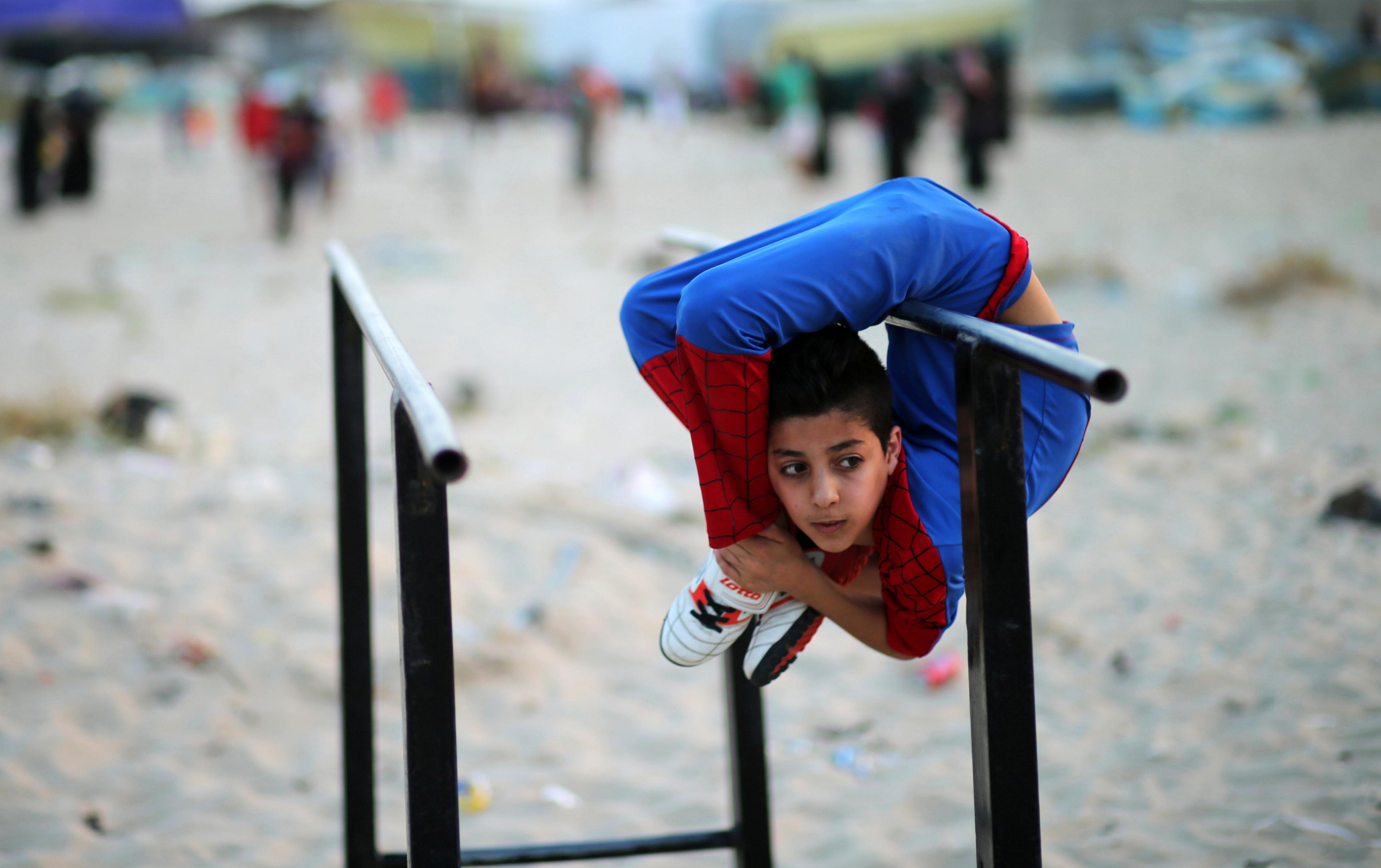 GAZA CITY, PALESTINA: 12 år gamle Mohamad al-Sheikh har tilnavnet «Spiderman», og håper på å komme seg i Guinness rekordbok med sine utrolige «gummimann»-egenskaper. FOTO: Mohammed Salem / NTB scanpix