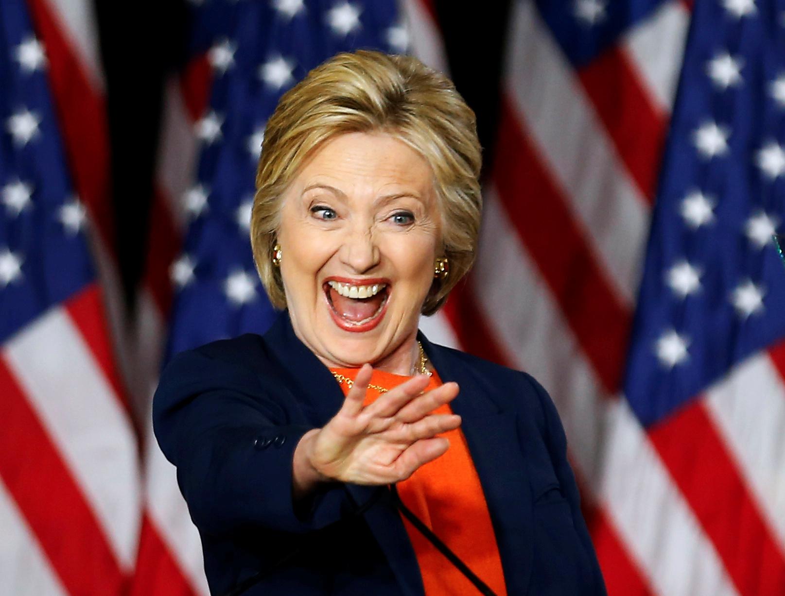 SAN DIEGO, CALIFORNIA: Demokratenes kandidat Hillary Clinton er ikke noe dårligere på å hente fram smilet enn hennes republikanske motstander, Donald Trump. Her er hun på podiet i San Diego etter en valgkamptale torsdag. FOTO: Mike Blake / NTB scanpix