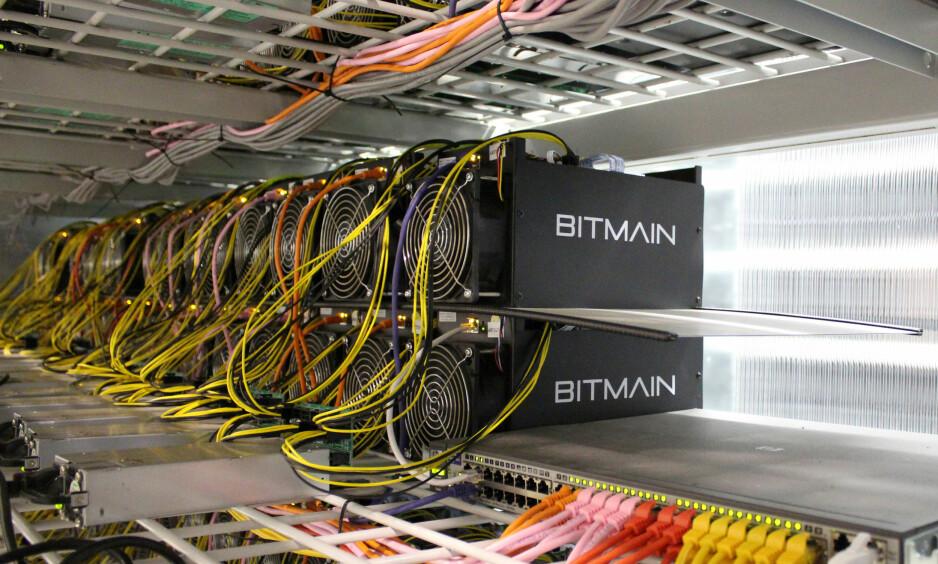 BITCOIN: Hver enkelt av disse maskinene fra Bitmain som utvinner bitcoin bruker konstant 1350 watt med strøm døgnet rundt. Det fører til et enormt enegiforbruk, store mengder spillvarme og enormt med støy.