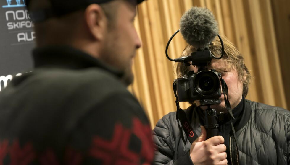 Filip Christensen gjør innspillinger til dokumentaren om Aksel Lund Svindal under VM alpint 2019 Åre. Christensen og hans filmselskap, Field Productions, har jobbet med en dokumentaren om Svindal siden 2015. Foto: Cornelius Poppe / NTB scanpix
