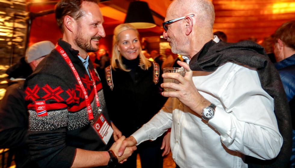 Aksel Lund Svindals far, Bjørn Svindal, hilser på kronprins Haakon og kronprinsesse Mette-Marit lørdag kveld, på festen som markerte avslutningen av Aksel Lund Svindals aktive alpinkarriere. Foto: Cornelius Poppe / NTB scanpix