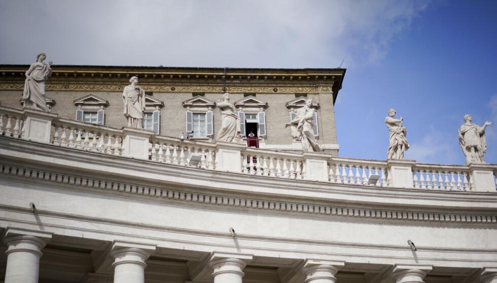 Pave Frans kan skimtes i et vindu over Petersplassen på dette bildet fra Vatikanet i Roma. Frans har gitt uttrykk for en mer forsonende holdning overfor homofile enn tidligere paver. Men fortsatt mener den katolske kirken at homofile må avstå fra sex hvis de vil unngå å synde. Foto: Andrew Medichini / AP / NTB scanpix