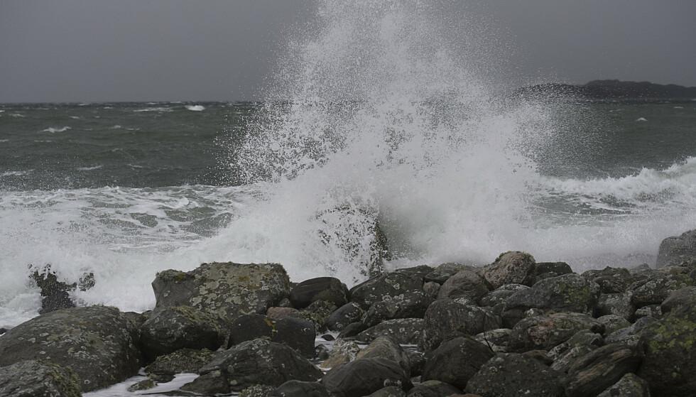 Regn, kraftig vind og store bølger ved Herdla nord på Askøy. Foto: Marit Hommedal / NTB scanpix