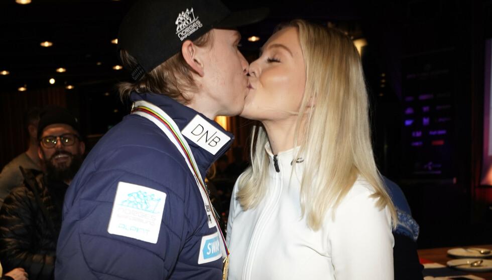 Henrik Kristoffersen og kjæresten Tonje Barkenes feirer Kristoffersens VM-gull i storslalåm fredag kveld. (Foto: Cornelius Poppe/NTB scanpix)