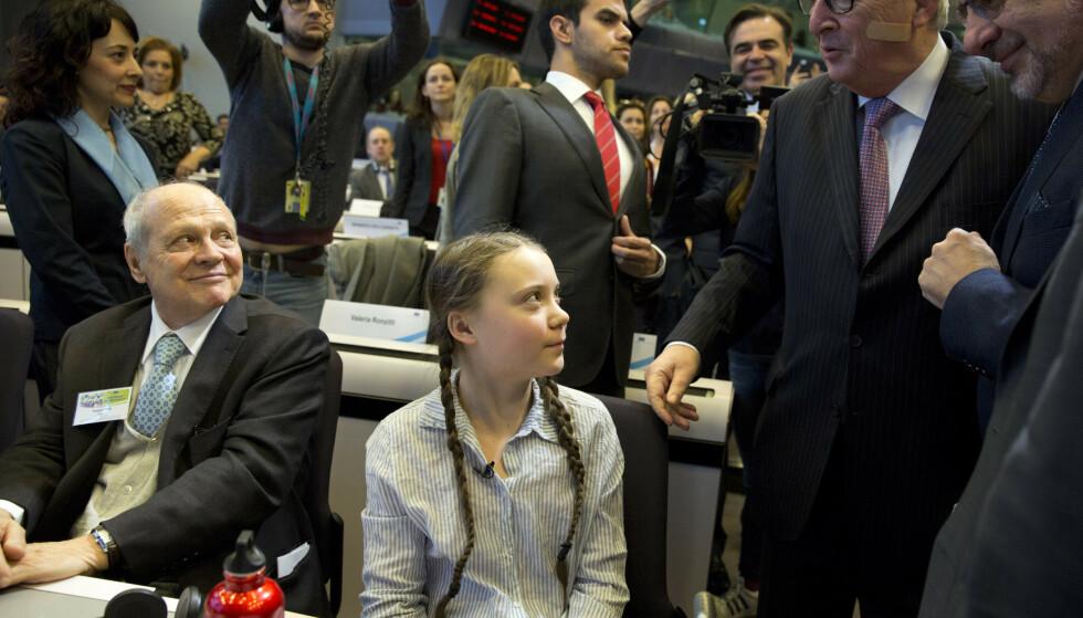 Den svenske klimaaktivisten Greta Thunberg gratuleres av EU-kommisjonens leder Jean-Claude Juncker i Brussel. Foto: AP/NTB Scanpix
