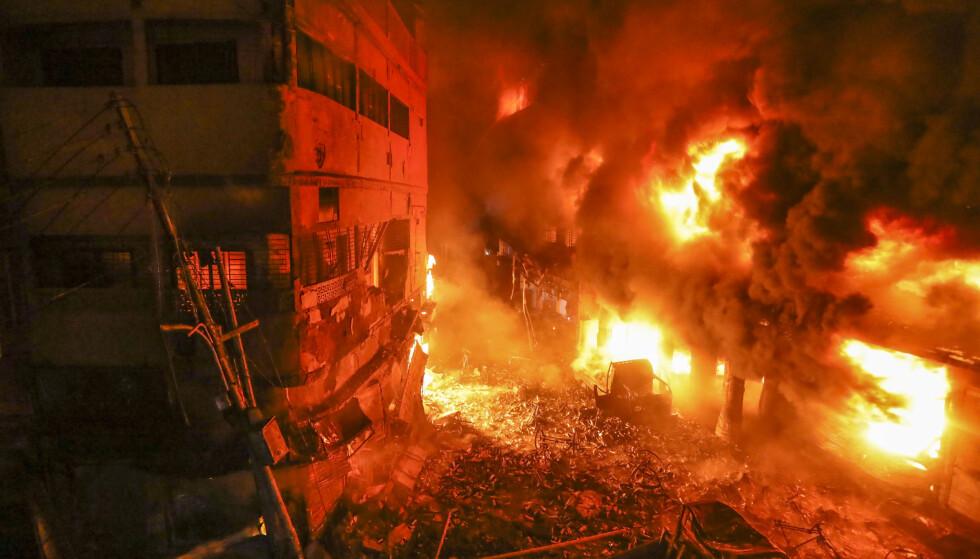 Minst fem bygninger ble rammet av brannen i Bangladeshs hovedstad Dhaka. Foto: AP/NTB Scanpix
