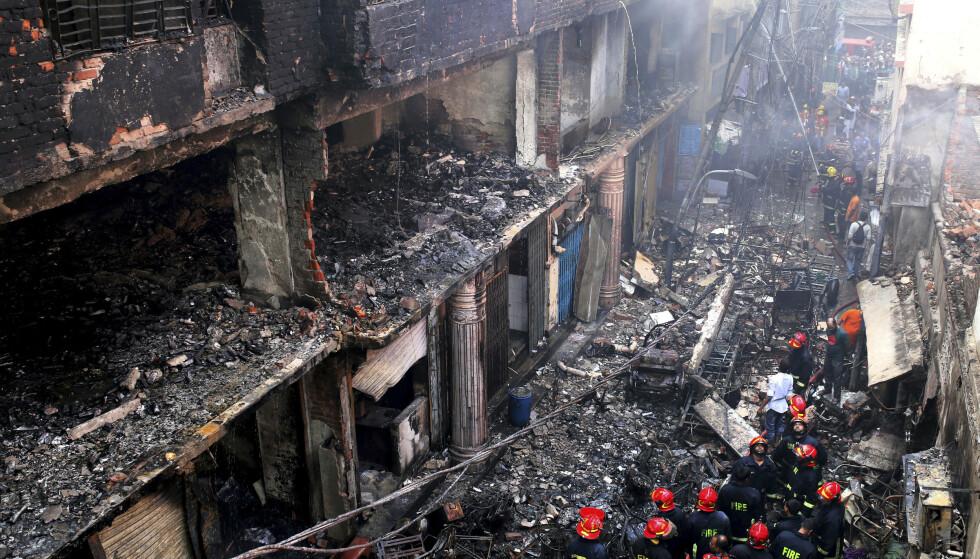 Hjelpemannskaper og lokale samlet seg rundt bygningene som ble rammet. Foto: AP/NTB Scanpix