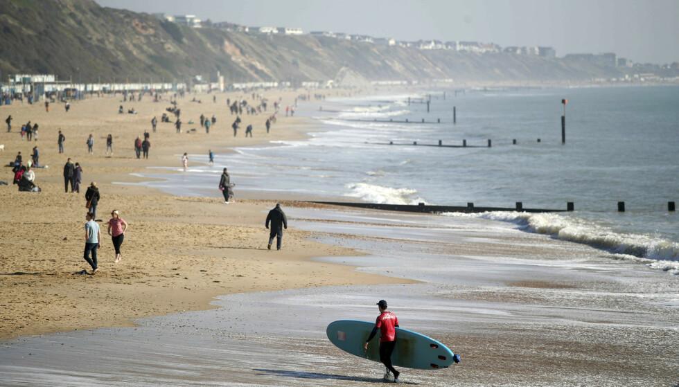 Søndag kunne nesten minne om en sommerdag på stranda Boscombe i Bournemouth. Dagen etter ble det målt 20,3 grader i Wales. Foto: Andrew Matthews / PA / AP / NTB scanpix