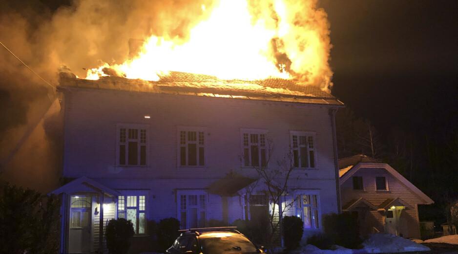 Flammene sto opp gjennom taket under brannen på Notodden i Telemark. Foto: Politiet / NTB scanpix