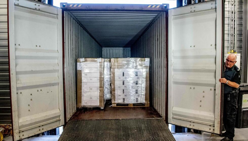 Nederlandske tollere i Rotterdam stanset en forsendelse med 90.000 flasker vodka på vei til Nord-Korea. Foto: Robin Utrecht/AFP/NTB Scanpix