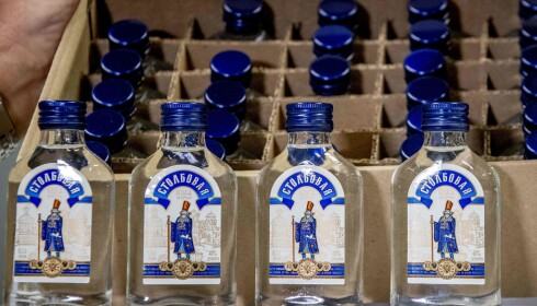Vodka-flaskene som ble konfiskert i Rotterdam. Foto: Robin Utrecht/AFP/NTB Scanpix