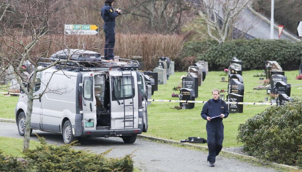 Krimteknikere jobber på gravlunden i Haugesund der den 67 år gamle kvinnen i 60-årene ble angrepet med øks forrige tirsdag. Hun døde av skadene hun fikk. En 48 år gammel mann er siktet for drapet. Foto: Kjell Bua / NTB scanpix