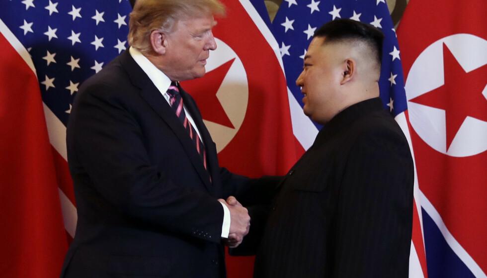 President Donald Trump og Kim Jong-un tok hverandre i hånden i Hanoi onsdag. Foto: Evan Vucci / AP / NTB scanpix