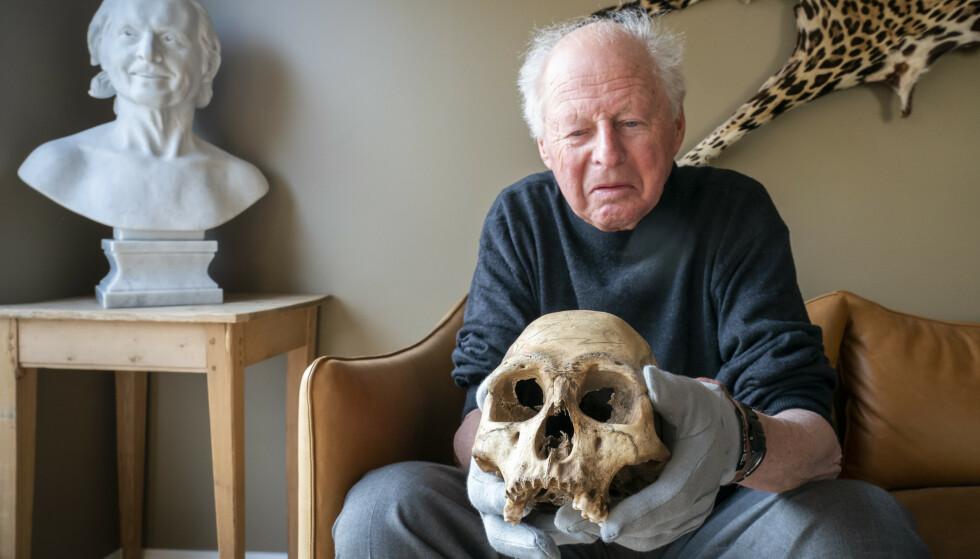 Thor Heyerdahl jr (80) med en hodeskalle fra Påskeøya som hans berømte far tok med seg i 1956 (Foto: Heiko Junge / NTB scanpix).