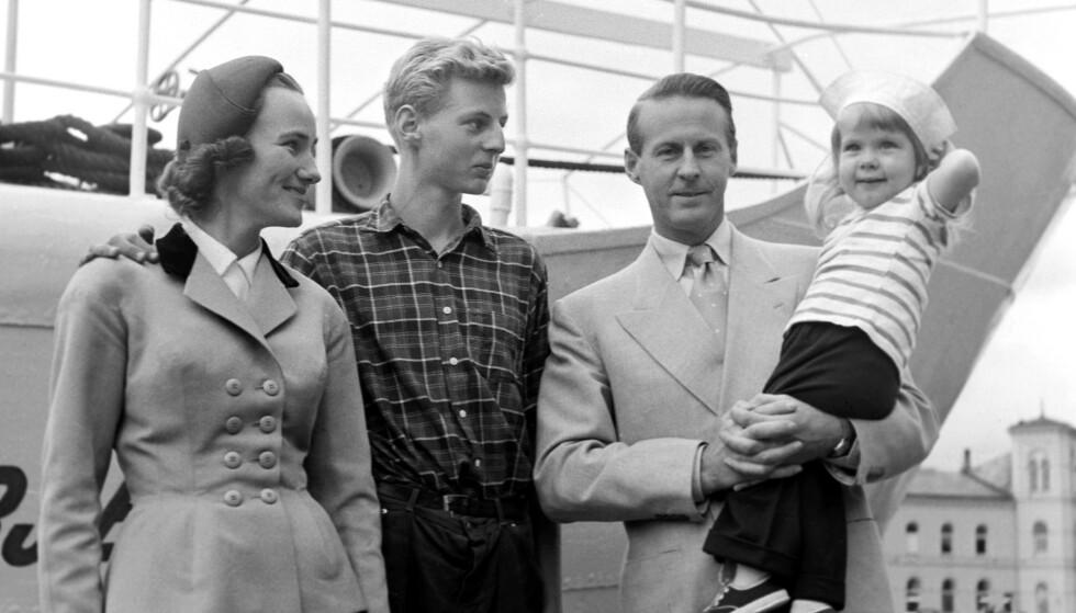"""Thor Heyerdahl og hans familie på kaien ved skipet """"M/S Chr. Bjelland"""" av Stavanger som ligger i Oslo før avgangen til Stillehavet- Påskeøya (Foto: Gerald Pagano / Aktuell / Scanpix)."""