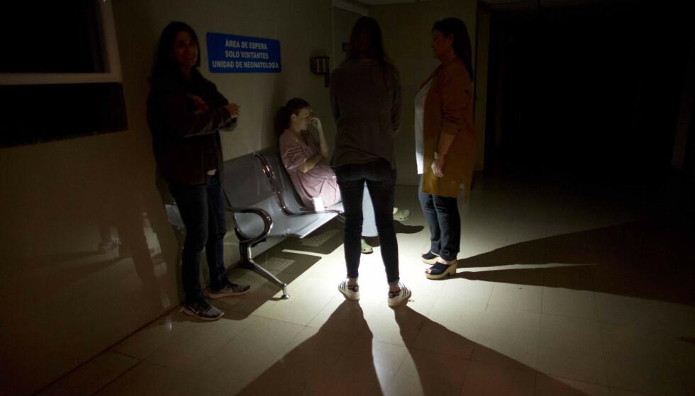 Sykepleiere måtte ty til stearinlys på en av fødeklinikkene i Caracas i Venezuela, som ble rammet av et langvarig strømbrudd fredag. Foto: AP / NTB scanpix