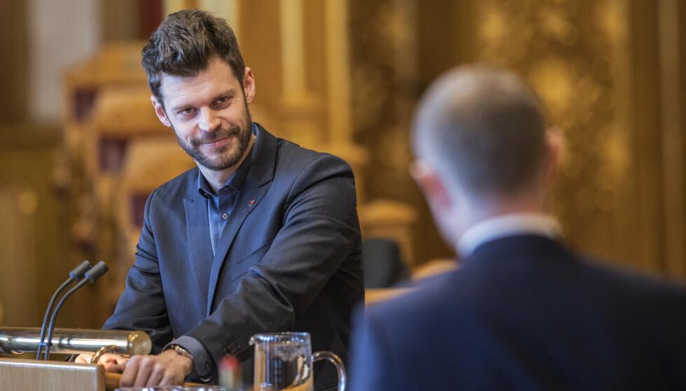 SV, Ap og Sp er sterkt kritiske til at NSB og Nettbuss bytter navn til Vy. Rødt-leder Bjørnar Moxnes vet ikke om han skal le eller gråte. FOTO: Scanpix