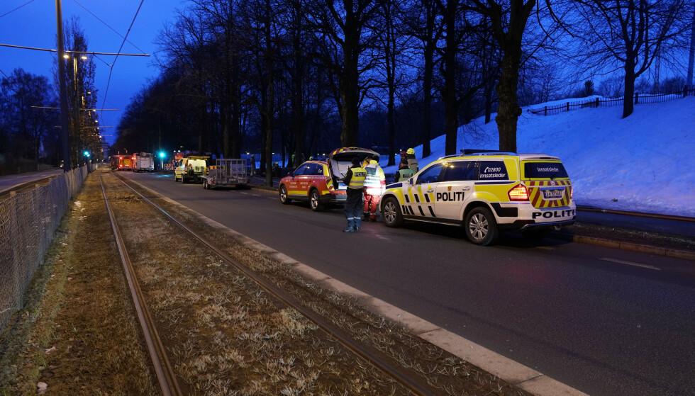 Politiet varsler om stor eksplosjonsfare grunnet gassflasker i et brennende bygg ved Frogner stadion. En skarpskytter er på plass. Foto: Scanpix