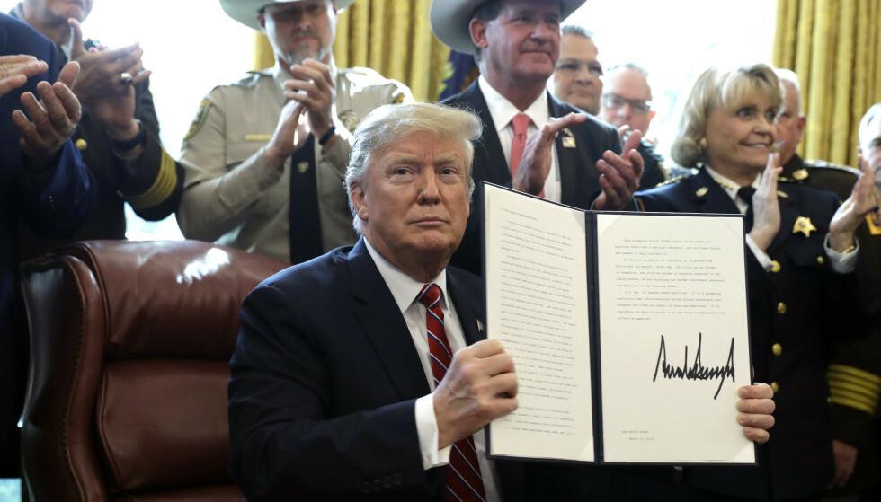 Donald Trump la fredag ned veto mot Kongressens vedtak om å oppheve hans unntakstilstand ved grensa mot Mexico. Foto: Evan Vucci / AP / NTB scanpix