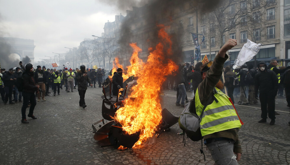 En barrikade i brann på Champs-Élysées da gule vester igjen demonstrerte lørdag. Foto: Christophe Ena / AP / NTB scanpix