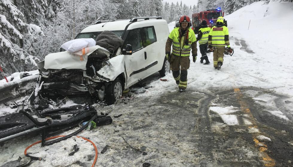To barn ble fløyet til Ullevål sykehus etter at to biler frontkolliderte på E134 på Meheia like ved Kongsberg søndag morgen. Begge betegnes som alvorlig skadd. Foto: Ståle Weseth / Laagendalsposten / NTB scanpix
