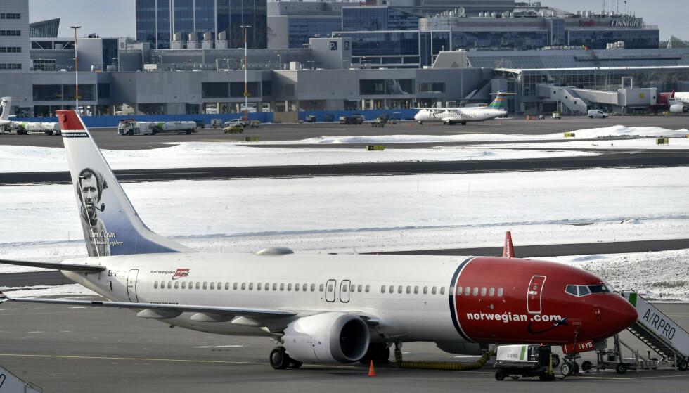 Et av Norwegians Boeing 737 MAX 8-fly er parkert på bakken i Helsinki. Foto: Heikki Saukkomaa / AP / NTB scanpix