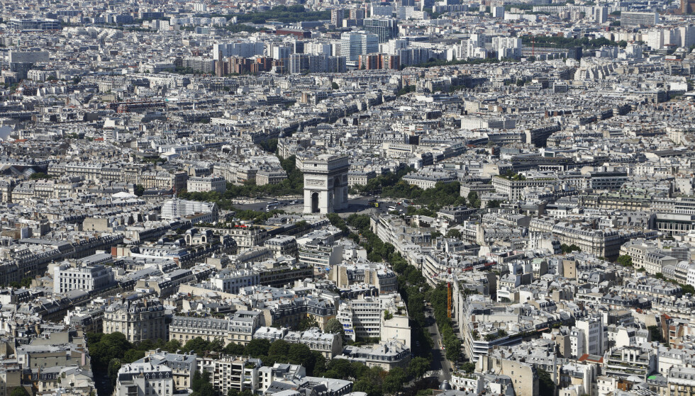 Paris, her sett fra Eiffeltårnet, er sammen med Singapore og Hongkong verdens dyreste by. Foto: Erik Johansen / NTB scanpix