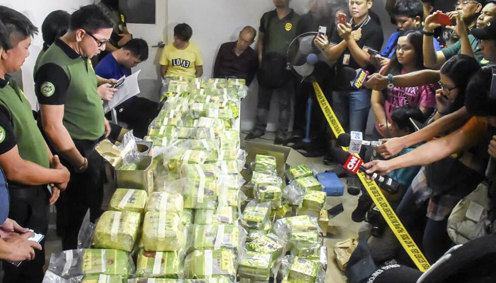 Narkotikapolitiet viser fram mer enn 160 kilo metamfetamin skjult i teposer som de fant etter et raid i Alabang i Muntinlupa øst for Manila på Filippinene. Foto: AP / NTB scanpix