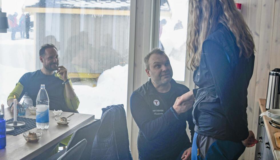 Etter lunsj på hytta gikk hyttevert Kristian Jakobsen ned på kne og fridde til Siv Eilertsen Han fikk ja fra sin utkårede, og det med kronprinsen til stede. Foto: Rune Stoltz Bertinussen / NTB scanpix