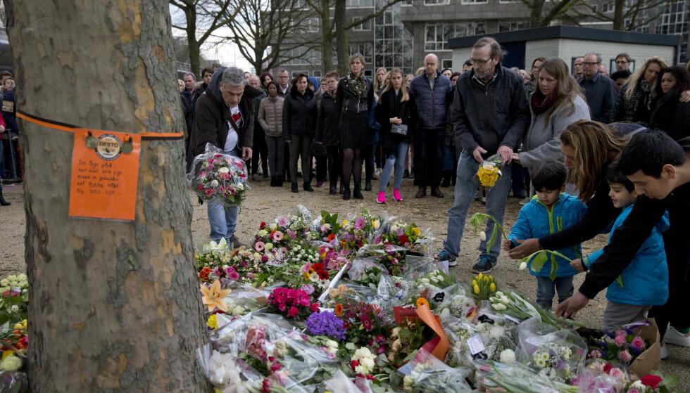 Tirsdag, dagen etter skyteangrepet på trikken, la folk ned blomster på et midlertidig minnested som ble opprettet. Foto: AP / NTB scanpix