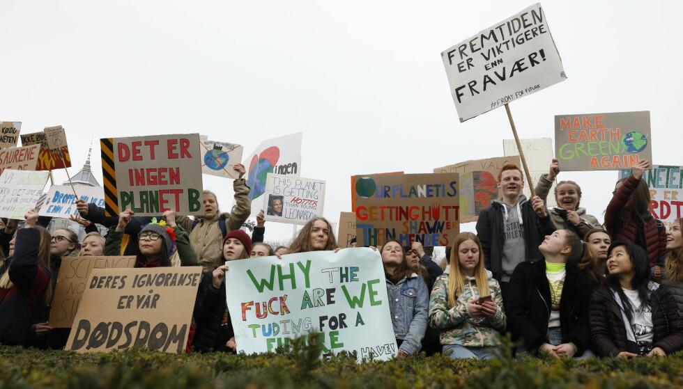 Streikende skoleelever er på plass utenfor Stortinget. Foto: Tom Hansen / NTB scanpix