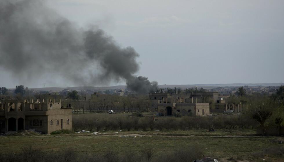 Røyk stiger fra landsbyen Baghouz øst i Syria. Foto: AP / NTB scanpix