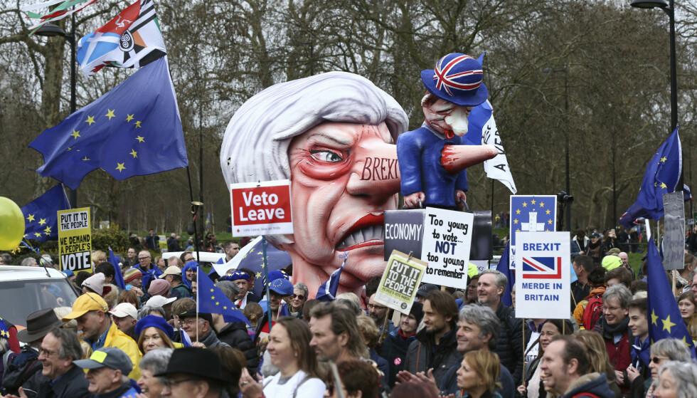 Statsminister Theresa May får gjennomgå av demonstrantene. Foto: Yui Mok/PA via AP / NTB scanpix
