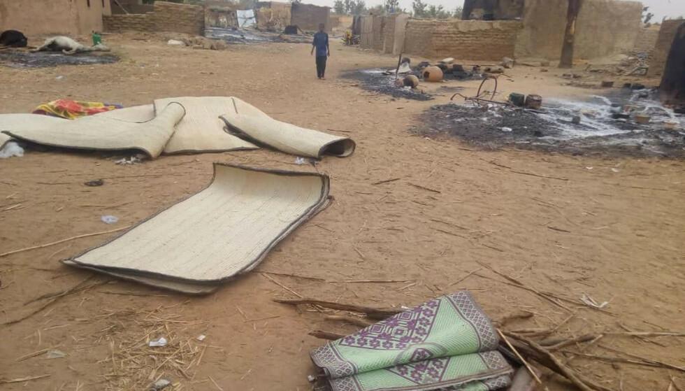 ANGREP: Minst 134 sivile ble drept og 55 såret da en milits gikk til angrep på en landsby sentralt i Mali ved daggry lørdag. Foto: Tabital Pulaaku/AP/NTB Scanpix.