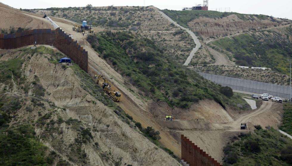 GRENSEMUR MOT MEXICO: Sikkerhetsdepartementet DHS har bedt Pentagon bygge et 92 kilometer langt og fem og en halv meter høyt gjerde, i tillegg til å bygge og utbedre veier og sette opp lys. Foto: AP/Gregory Bull/NTB Scanpix.