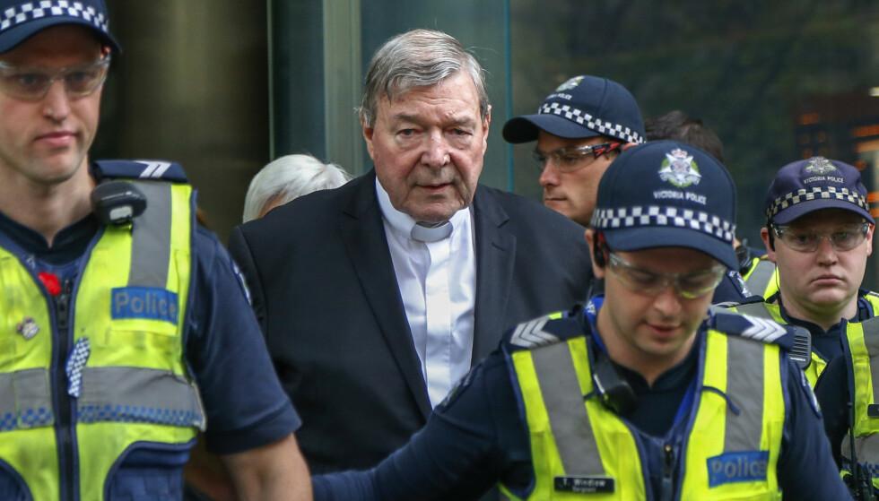 DØMT: Kardinal George Pell, som i desember i fjor ble kjent skyldig i seksuelle overgrep mot to korgutter på 1990-tallet, forlater retten i Melbourne. Foto: AP/Asanka Brendon Ratnayake/NTB Scanpix.