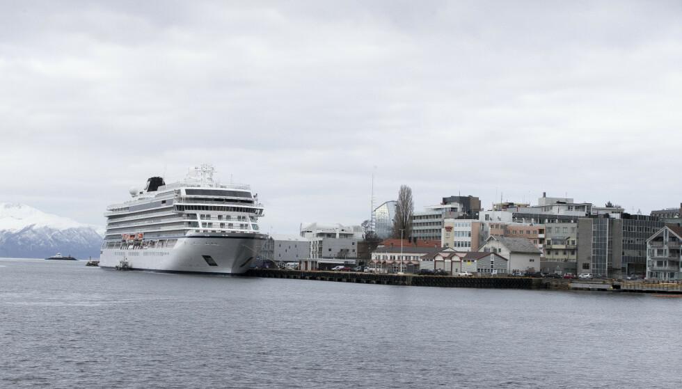 VIKING SKY: Cruiseskipet Viking Sky ligger i Molde havn. Foto: Terje Pedersen / NTB scanpix.