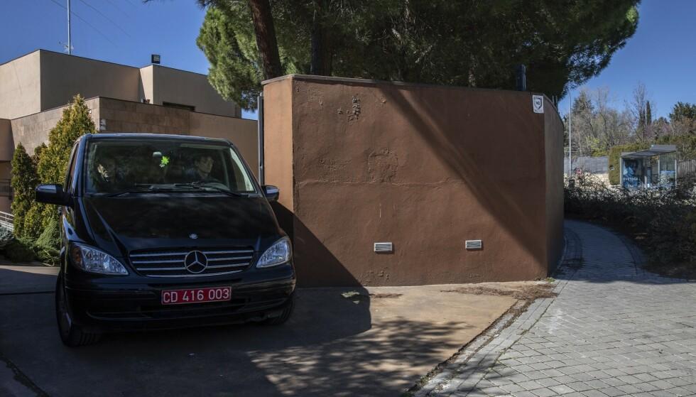 Foto: En væpnet gruppe til angrep på Nord-Koreas ambassade i Madrid 22. februar. Foto: Bernat Armangue/AP/NTB Scanpix.