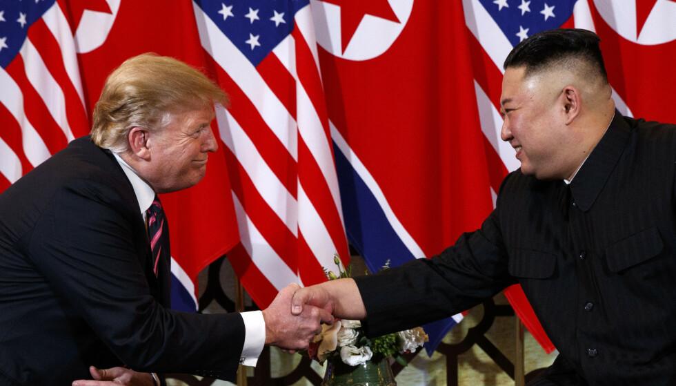 Donald Trump sier han og Kim Jong-un kom godt overens i Vietnam, selv om toppmøtet mellom dem ikke kan sies å ha vært en suksess. Trump sier han har stoppet nye planlagte sanksjoner for de er unødvendige akkurat nå. Arkivfoto: Evan Vucci / AP / NTB scanpix