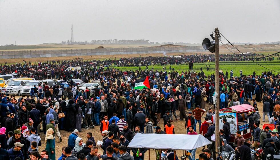 Palestinere samles seg ved grensen til Israel for å demonstrere. Foto: NTB Scanpix / AFP